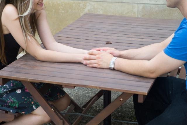 初めてのデートで手を繋ぐ