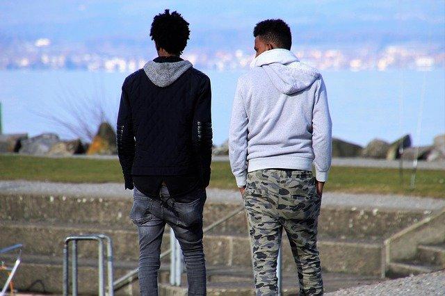 男性の緊張時の仕草と心理の関係
